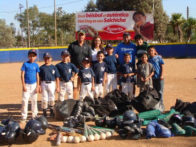 Valle y Soto en la Liga Juvenil Municipal de Tijuana recibe el donativo de equipo de Coronado Litlle League. The Tijuana Little League accepts a donation from Coronado Little League.