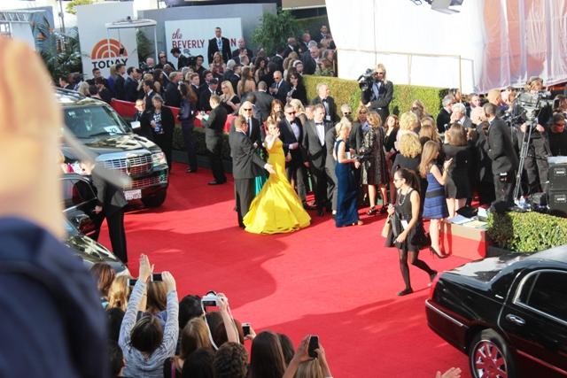 Lena Dunham Golden Globes Wave