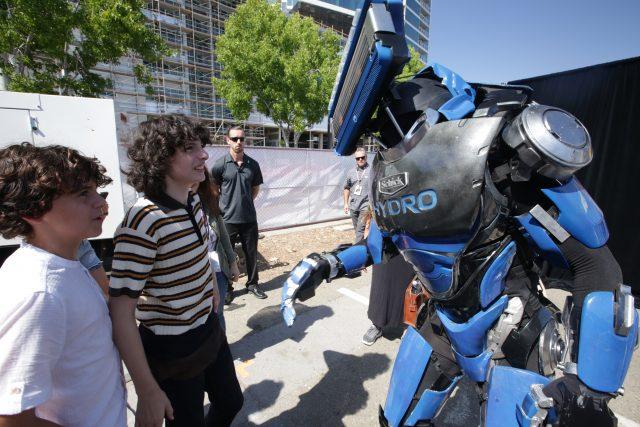 """""""Stranger Things"""" Finn Wolfhard Meets Schick Hydrobot"""